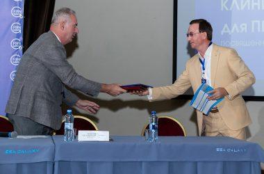Вручение диплома Генеральному партнеру школы 2019 года Институту Инженерной Физики, диплом получает д.т.н, проф. Царьков Алексей Николаевич